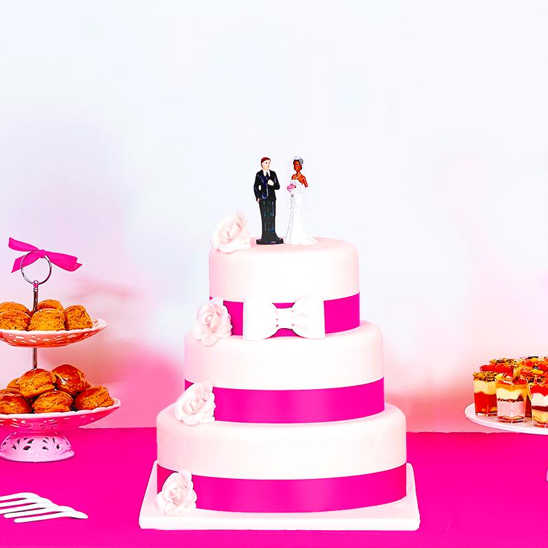 Wedding cake à ruban rose fuchsia et fleurs blanches 3 étages